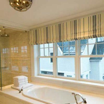короткие шторы в ванную