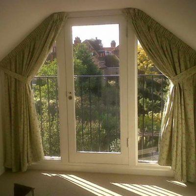 дизайн штор для нестандартного окна